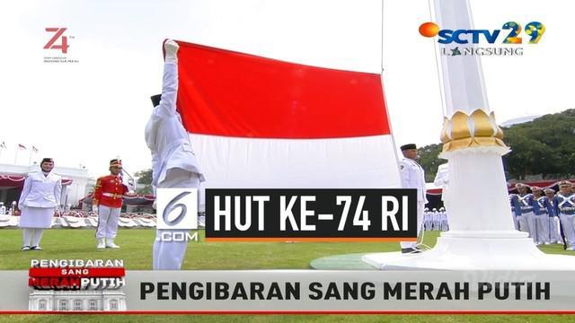 Pasukan Pengibar Bendera Pusaka mengibarkan Sang Merah Putih di Istana Merdeka saat upacara HUT ke-74 RI disaksikan oleh Presiden Jokowi dan seluruh undangan.