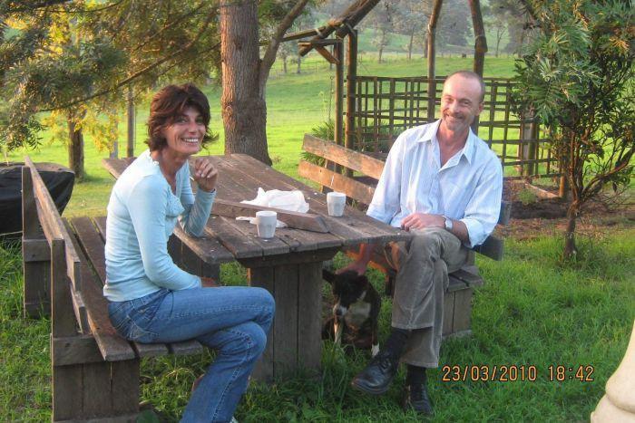 Lynnette Schaefer dan suaminya husband Paul di tahun 2010 ketika cincin suaminya hilang di pantai Bermagui (Facebook)