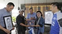 Pertemuan langka Detra Yana bersama mediang Ani Yudhoyono saat dibuatkan lukisan sketsa wajah di Garut, vovember 2018 lalu (Liputan6.com/Jayadi Supriadin)