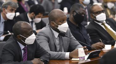 Para diplomat asing mengenakan masker menghadiri konferensi di Kementerian Luar Negeri Korea Selatan di Seoul, Jumat (6/3/2020). Konferensi mendengarkan pengarahan dari Menteri Luar Negeri Korea Selatan Kang Kyung-wha mengenai situasi terkini terkait virus corona. (Jung Yeon-je/Pool Photo via AP)