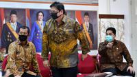 Menko Perekonomian Airlangga Hartarto bersiap jumpa pers usai bertemu Presiden Joko Widodo di Kantor Presiden, Jakarta, Senin (20/7/2020). Jokowi menandatangani Peraturan Pemerintah (PP) tentang pembentukan Tim Pemulihan Ekonomi Nasional dan Penanganan Covid-19. (ANTARA FOTO/Sigid Kurniawan/POOL)
