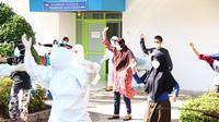 Tim medis mengajak pasien yang terpapar virus corona untuk senam bersama. (Liputan6.com/ Novia Harlina)
