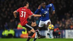 Striker Everton Yannick Bolasie berusaha melewati pemain tengah Manchester United, Nemanja Matic saat pertandingan Liga Inggris di Goodison Park, Liverpool (1/1). Everton harus menelan kekalahan 0-2 atas Manchester United. (AFP Photo/Paul Ellis)