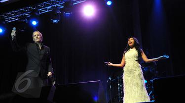 Penampilan duet Michael Bolton dan Anggun C Sasmi pada konser An Evening With Grammy Winner, yang dihelat di Jakarta, Minggu (2/6/2015) malam. (Liputan6.com/Panji Diksana)
