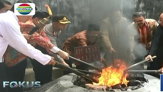 Bagi umat Buddha, api ini melambangkan semangat yang tidak pernah padam.