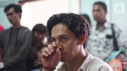 Aktor Jefri Nichol mendengarkan pembacaan tuntutan saat mengikuti sidang lanjutan di Pengadilan Negeri Jakarta Selatan, Senin (21/10/2019).  Jefri Nichol dituntut 10 bulan penjara serta direkomendasikan untuk menjalani rehabilitasi rawat jalan. (Liputan6.com/Immanuel Anto