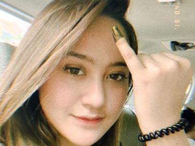 Salshabilla Adriani, aktris kelahiran tahun 2000 ini baru pertama kali ikut merayakan pesta demokrasi dalam pemilu 2019. Ia menunjukkan jari kelingkingnya yang telah dihiasi dengan tinta. Menandakan kalau sudah sah menyoblos. (Instagram/@salshabillaadr)