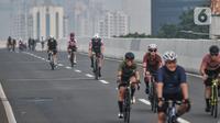Pesepeda melintasi Jalan Layang Non Tol (JLNT) Kampung Melayu-Tanah Abang saat uji coba jalur sepeda balap atau Road Bike, Jakarta, Minggu (23/5/2021). Ratusan pesepeda terlihat antusias mengikuti uji coba lintasan Road Bike. (merdeka.com/Iqbal S Nugroho)