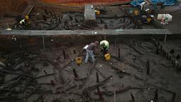 Para Arkeolog terus melakukan penggalian pada bangunan rumah kayu yang dipercaya berasal dari jaman perunggu di Peterborough, Inggris, (12/1/2016). Para arkeolog menemukan bangunan yang dipercaya berusia sekitar 3.000 tahun lalu. (REUTERS/Peter Nicholls)