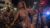 Sejumlah demonstran telanjang sambil mengendarai sepeda saat melakukan aksi di Sao Paulo, Brasil (10/3). Mereka melakukan hal ini sebagai bagian dari gerakan internasional World Naked Bike Ride (WNBR). (AFP/Nelson Almeida)