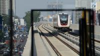 Moda transportasi kereta ringan atau light rail transit (LRT) melintas saat berlangsungnya uji coba di Jakarta, Selasa (11/6/2019). Warga dapat menjajal LRT dengan gratis mulai Selasa 11 Juni 2019. (merdeka.com/Imam Buhori)