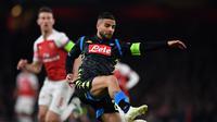 Aksi penyerang Napoli, Lorenzo Insigne pada leg 1, babak perempat final Liga Europa yang berlangsung di Stadion Emirates, London, Jumat (12/4). Arsenal menang 2-0 atas Napoli. (AFP/Ben Stansall)