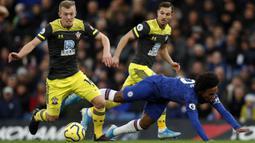 Gelandang Chelsea, Willian, terjatuh saat berusaha melewati pemain Southampton pada laga Premier League 2019 di Stadion Stamford Bridge, Kamis (26/12). Chelsea menyerah 0-2 dari Southampton. (AFP/Adrian Dennis)