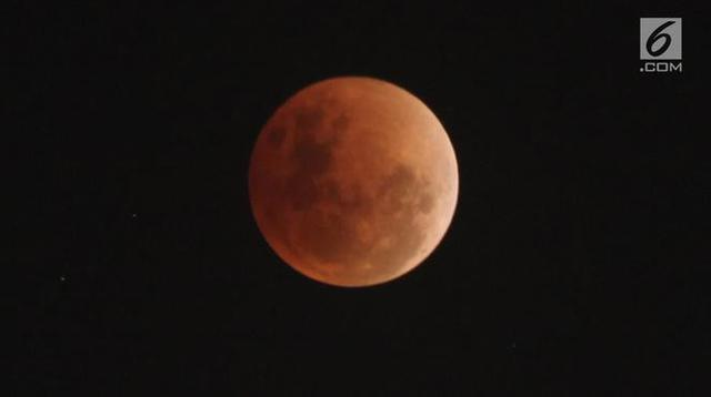 "Fase gerhana bulan ""super blue blood moon"" terlihat di atas langit Jakarta, Rabu (31/1). Ini merupakan fenomena langka karena bulan menunjukkan tiga fenomena sekaligus, yaitu supermoon, blue moon, dan gerhana bulan. (Liputan6.com/Arya Manggala)"