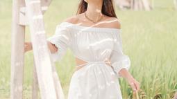 Ketika tengah menikmati keindahan sawah, Luna Maya tampil dengan simple dress berwarna putih. Dress bermodel off shoulder, ini begitu cocok dengan tubuh idealnya. Wanita kelahiran 26 Agustus 1983 ini pun tampak makin anggun. (Liputan6.com/IG/@lunamaya)