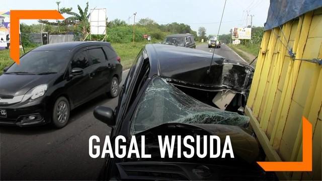 Akibat tabrakan dengan truk yang alami ban pecah, satu keluarga gagal hadiri wisuda.