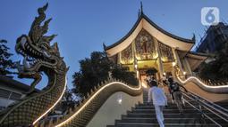 Suasana Vihara Hemadhiro Mettavati dalam puncak Tri Suci Waisak 2565 BE di Cengkareng, Jakarta Barat, Rabu (26/5/2021). Peringatan Tri Suci Waisak juga dilakukan pembatasan jumlah jemaat yang hadir secara langsung dengan menerapkan protokol kesehatan ketat. (merdeka.com/Iqbal S. Nugroho)