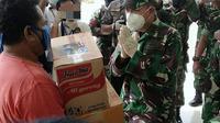 Pangdam XIV Hasanuddin, saat memberikan bantuan kepada warga kurang mampu yang terdampak Covid-19 di Kota Kendari.(Liputan6.com/Ahmad Akbar Fua)