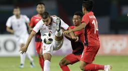 Pemain Indonesia, Irfan Jaya, berebut bola dengan pemain Palestina, Ahmed Qatmish, pada laga Asian Games di Stadion Patriot, Bekasi, Jawa Barat, Rabu (15/8/2018). (Bola.com/Peksi Cahyo)