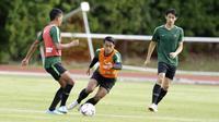 Pemain Timnas Indonesia, Febri Haryadi, saat sesi latihan di Stadion Bishan, Singapura, Rabu (7/11). Latihan Timnas ini merupakan persiapan jelang laga melawan Singapura pada Piala AFF 2018. (Bola.com/M Iqbal Ichsan)