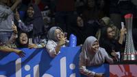 Penonton menyambut histeris pasangan ganda putra Indonesia, Fajar Alfian/ Muhammad RIan Ardianto saat masuk ke lapangan pada Indonesia Open 2019 di Istora Senayan, Jakarta, Rabu (17/7/2019). (Bola.com/Peksi Cahyo)