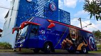 Presiden Arema FC, Gilang Widya Pramana menyerahkan fasilitas mes dan bus mewah.