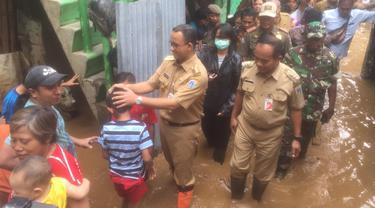 Gubernur DKI Jakarta Anies Baswedan menyambangi korban banjir di Cawang