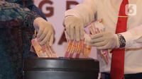Uang palsu saat dimusnahkan di gedung Bank Indonesia, Jakarta, Rabu (26/2/2020). Bank Indonesia memusnahkan 50.087 lembar uang Rupiah palsu hasil temuan dari proses pengolahan uang dan klarifikasi masyarakat selama rentang waktu 2017-Januari 2018. (Liputan6.com/Angga Yuniar)