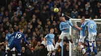 Striker Manchester City, Gabriel Jesus, berusaha menyundul bola saat melawan Chelsea pada laga Premier League di Stadion Etihad, Manchester, Sabtu (23/11). City menang 2-1 atas Chelsea. (AFP/Oli Scarff)