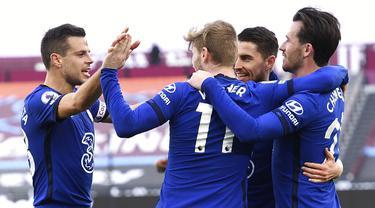 Pemain Chelsea Timo Werner (tengah) melakukan selebrasi usai mencetak gol ke gawang West Ham United pada pertandingan Liga Inggris di London Stadium, London, Inggris, Sabtu (24/4/2021). Chelsea menang 1-0. (Andy Rain/Pool via AP)