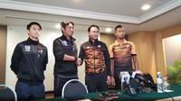 Asisten Pelatih Thailand, Issara Sritaro (dua dari kiri), bersalaman dengan Pelatih Malaysia, Ong Kim Swee, pada konferensi pers jelang final sepak bola SEA Games 2017 di Hotel Hilton, Selangor, Senin (28/8/2017). (Liputan6.com/Cakrayuri Nuralam)