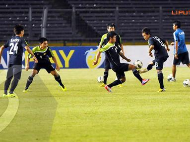 Pemain timnas Laos terlihat melakukan latihan penguasaan bola di Stadion GBK Jakarta (Liputan6.com/Helmi Fithriansyah)