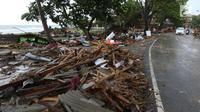 Kendaraan melintas di antara puing-puing setelah tsunami menerjang kawasan Anyer, Banten, Minggu (23/12). Tsunami menerjang pantai di Selat Sunda, khususnya di daerah Pandenglang, Lampung Selatan, dan Serang. (Liputan6.com/Angga Yuniar)