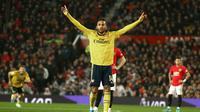Pemain Arsenal Pierre-Emerick Aubameyang melakukan selebrasi usai mencetak gol ke gawang Manchester United dalam lanjutan Liga Inggris di Old Trafford, Manchester, Inggris, Senin (30/9/2019). Pertandingan berakhir 1-1. (AP Photo/Dave Thompson)