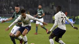 Duel antara Thilo Kehrer (PSG) dan Romain Hamouma pada laga lanjutan Ligue 1 yang berlangsung di stadion Geoffroy-Guichard, Loire, Senin (18/2). PSG menang 1-0 atas St-Etienne. (AFP/Philippe Kiasek)