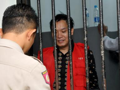 Terdakwa kasus penggelapan uang arisan, Hengki Kawilarang menjalani sidang keduanya di Pengadilan Negeri Jakarta Selatan,  Senin (29/6/2015). Sidang beragendakan eksepsi alias nota pembelaan dari pihak Hengki. (Liputan6.com/Panji Diksana)