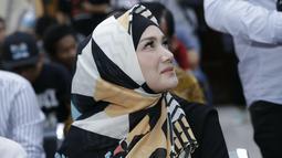 Hanya mengandalkan hijab motif dengan kombinasi warna hitam, putih dan oranye, Mulan tampil begitu modis. Simpelnya gaya hijab Mulan ini memang patut diapresiasi. Sangat pas dengan bentuk wajahnya yang membuat siap saja yang memandangya menjadi terkesan  (KapanLagi.com/Agus Apriyanto)