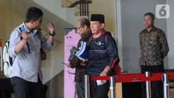 Anggota Badan Pemeriksa Keuangan Rizal Djalil (tengah) usai menjalani pemeriksaan di Gedung KPK, Jakarta, Rabu (9/10/2019). Rizal diperiksa sebagai tersangka terkait kasus dugaan suap proyek pembangunan Sistem Penyediaan Air Minum (SPAM) di Kementerian PUPR. (merdeka.com/Dwi Narwoko)