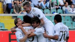 Pemain AC Milan merayakan gol yang dicetak Suso ke gawang Palermo dalam laga pekan ke-12 Serie A di Stadion Renzo Barbera, Minggu (6/11/2016). (AFP)
