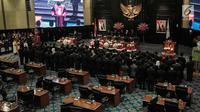 Ketua Pengadilan Tinggi DKI Jakarta Syahrial Sidik membacakan sumpah bagi sejumlah anggota DPRD DKI Jakarta yang terpilih dalam Pemilu 2019 di Gedung DPRD DKI Jakarta, Senin (26/8/2019). Sebanyak 106 anggota DPRD DKI Jakarta 2019-2024 resmi dilantik hari ini. (Liputan6.com/Faizal Fanani)