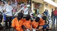 Empat anggota geng motor yang menyerang polisi di kawasan MTQ Jalan Jendeeral Sudirman, Pekanbaru. (Liputan6.com/M Syukur)