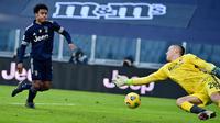 Pemain Juventus, Weston McKennie (kiri) berusaha mengoceh penjaga gawang Bologna, Lukasz Skorupski dalam laga lanjutan Liga Italia di Stadion Allianz, Turin, Minggu (24/1/2021). (Foto: AFP/Miguel Medina)