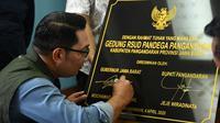 Gubernur Jawa Barat Ridwan Kamil menandatangani plakat peresmian RSUD Pandega Pangandaran. (Humas Jabar)