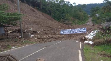 Longsoran terlihat menimbum badan jalan di daerah Kecamatan Talegong perbatasan Kabupaten Bandung-Kabupaten Garut, Jumat (15/1/2021). (Foto: Liputan6.com/Dikdik Ripaldi)