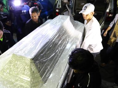 Peti jenazah berwarna putih yang akan membawa jenazah Mike Mohede tiba di RS Premiere Bintaro, Tangerang Selatan, Minggu (31/7). Mike Mohede merupakan penyanyi jebolan ajang pencari bakat. (Liputan6.com/Fery Pradolo)