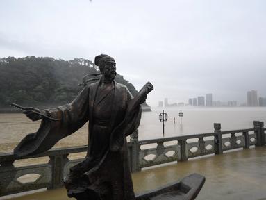 Trotoar terendam banjir di Wilayah Tonglu, Provinsi Zhejiang, China timur (8/7/2020). Sejumlah daerah di Tonglu tergenang banjir sejak Waduk Sungai Xin'an, sebuah proyek pengendalian banjir di hulu Sungai Qiantang, mulai mengalirkan air banjir pada (7/7) akibat hujan lebat. (Xinhua/Huang Zongzhi)