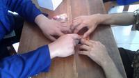 Media pembelajaran kepada siswa tunanetra ini memanfaatkan cangkang kartu perdana yang sudah tidak terpakai. (Liputan6.com/Switzy Sabandar).
