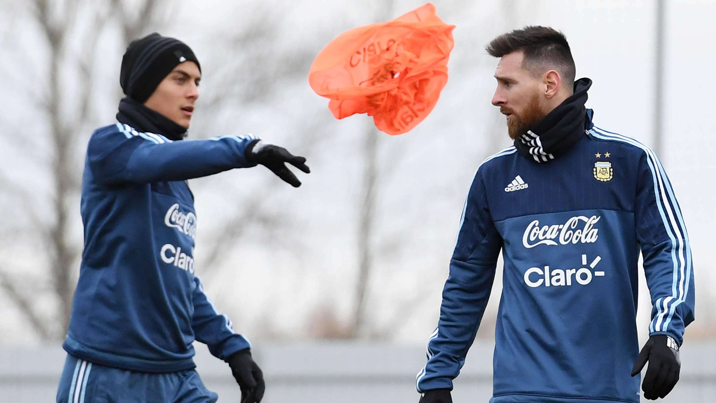 Striker Argentina, Lionel Messi dan Paulo Dybala (AFP/Kirill Kudryavtsev)
