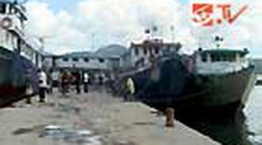Sudah sekitar 10 hari kapal antarpulau di Pelabuhan Slamet Riyadi, Ambon, Maluku, tidak bisa berlayar akibat cuaca buruk. Saat ini, ketinggian gelombang di perairan Maluku rata-rata berkisar dua hingga empat meter.