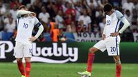 Reaksi dua pemain Inggris, Wayne Rooney (kiri) dan Dele Alli, setelah timnya kebobolan dari Islandia pada babak 16 besar Piala Eropa 2016 di Allianz Riviera, Nice, Senin (27/6/2016). (AFP/Tobias Schwarz)